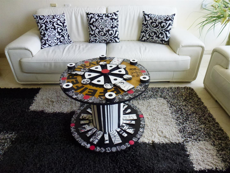 גלגל עץ ופסולת קאפות ונייר חברו יחד ליצירת אמנות אקולוגית