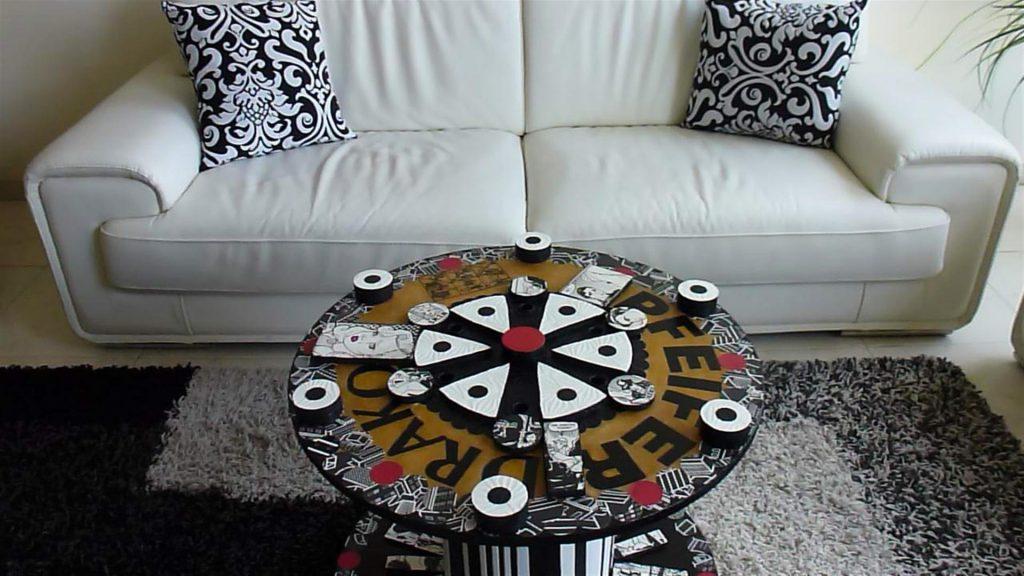 אמנות אקולוגית מגלגל עץ ישן משולב בשאריות קאפות טפטים ועץ