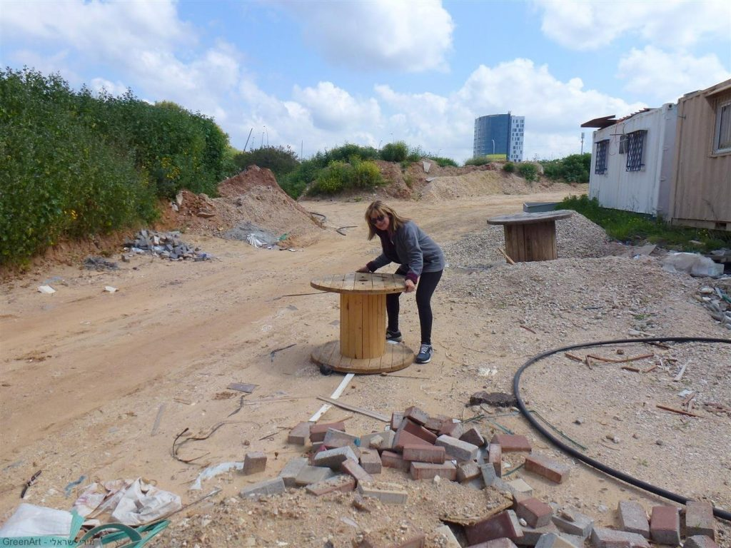 גלגל עץ נטוש שסיירת מירי אוספת הביתה לשימוש חוזר