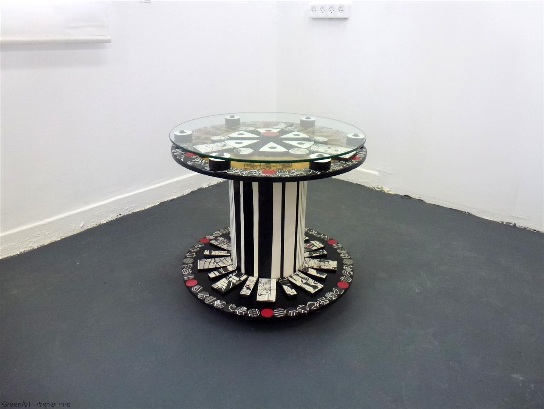 השולחן בגלריה בתערוכת - חפצים מספרים סיפור- בבית מוזה רעננה