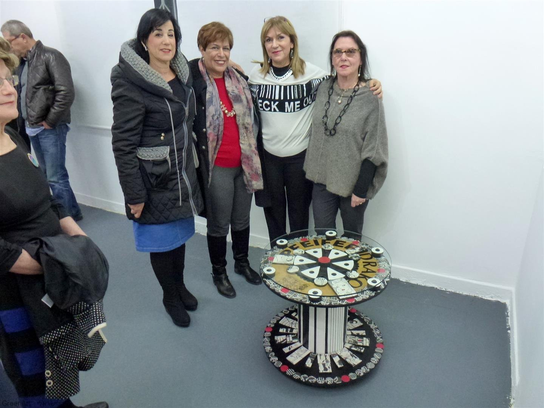 תמי אוצרת התערוכה עם מרגלית רג'ואן אמנית מוזה וחברתי ורד נוי