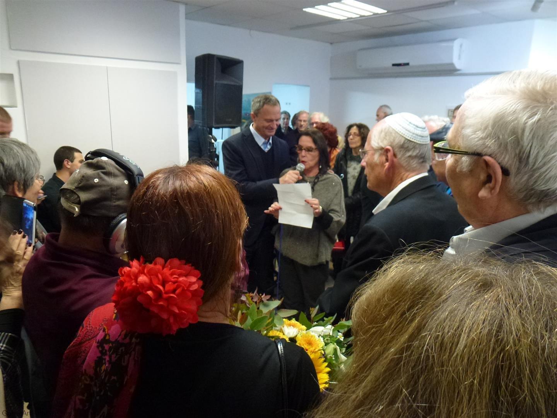ראש העיר ואוצרת התערוכה תמי קידר באירוע הפתיחה