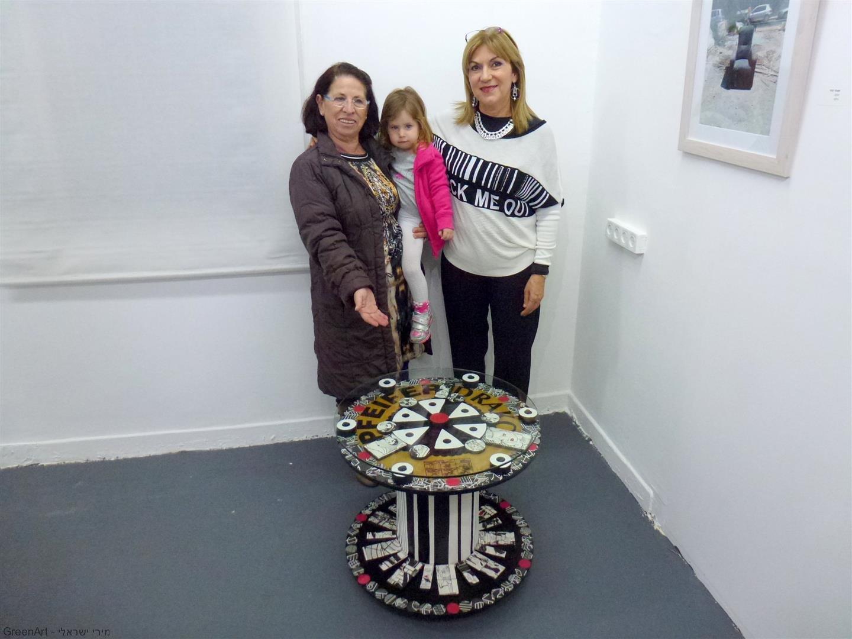 מירי פסוב אמנית חברת מוזה עם נכדתה האירוע הפתיחה לתערוכה