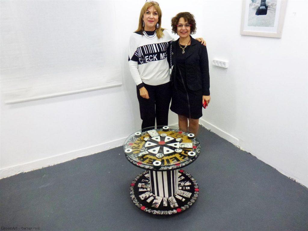 סימה פרי חברת מועצת העיר בביקור בתערוכה