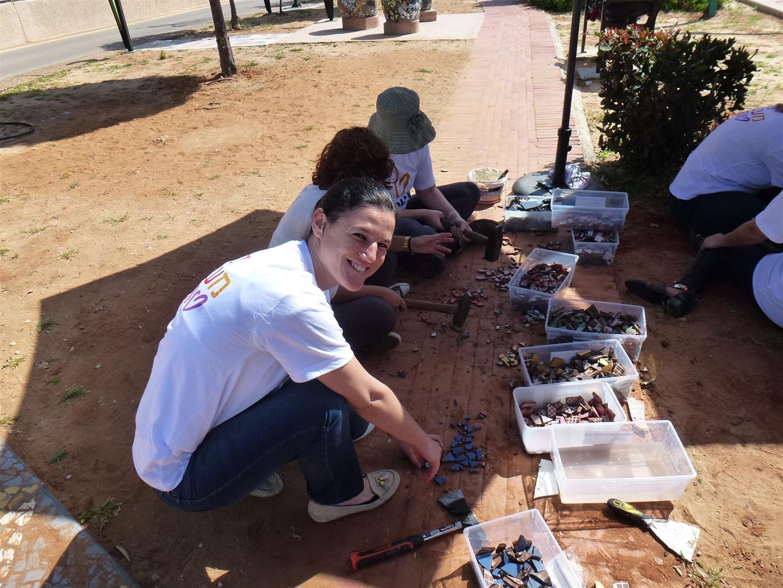 פעילות התנדבותית ביום המעשים הטובים בעבודות פסיפס בגן המוזיקלי