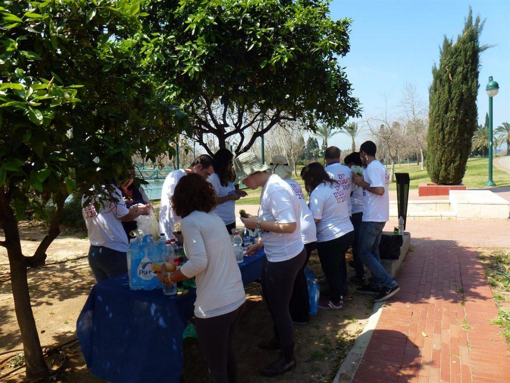 בוגרי בית אקשטיין ומתנדבי רעננה בפסק זמן מעבודות הפסיפס