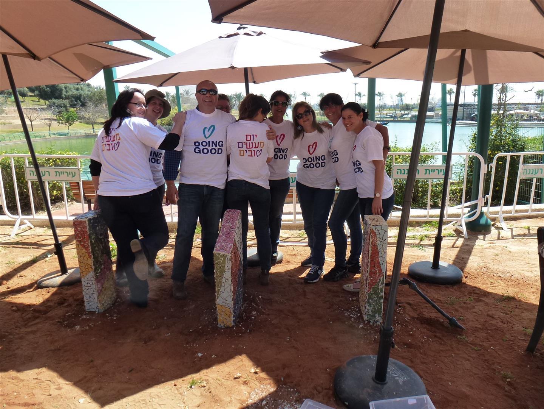 צוות מתנדבי רעננה יחד עם עובדי האגף לשרותים חברתיים בעיריית רעננה