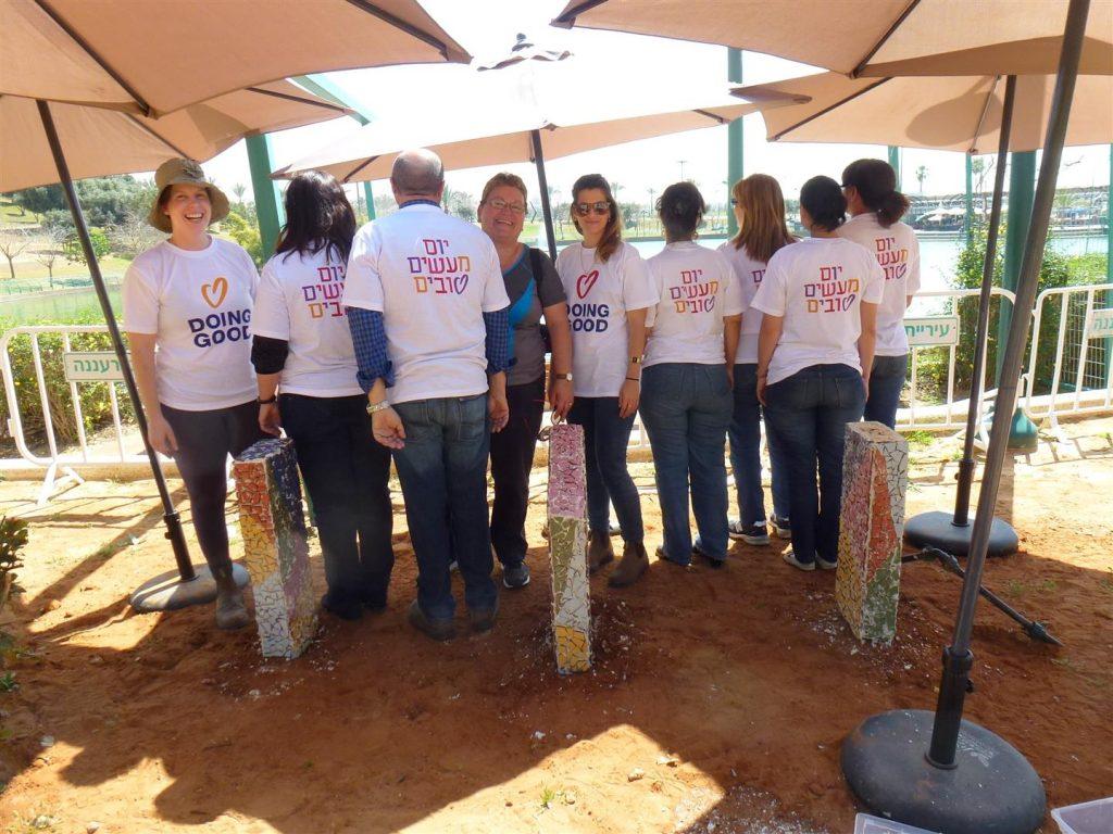 צוות מתנדבי רעננה עם עובדי האגף לשרותים חברתיים בעיריית רעננה