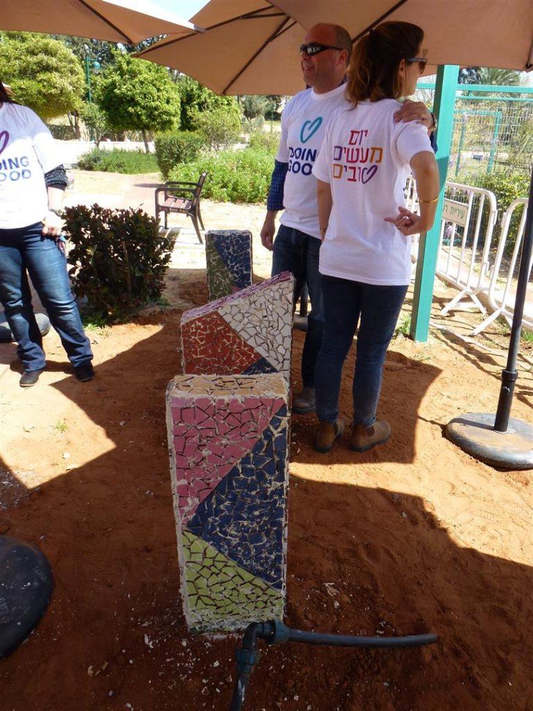 עמודי הבטון לקראת סיום עיטור עבודות הפסיפס הצבעוני