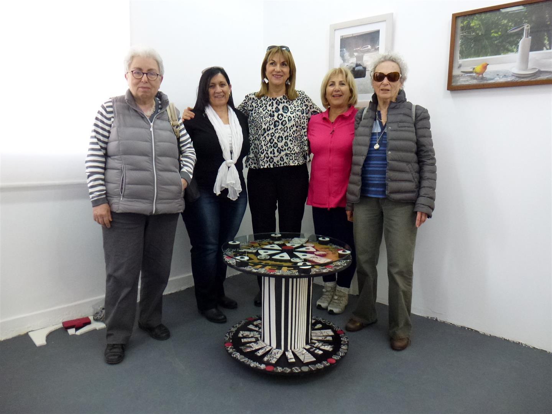 חברים מבקרים בתערוכה לשיח גלריה על הסיפור מאחור יהיצירה