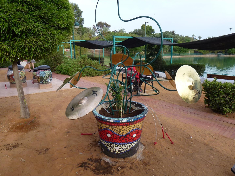 פסלים מנגנים בגן  הריחות הוצלילים שבפארק רעננה