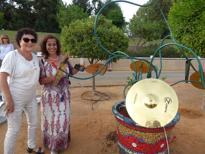 עופרה מנהלת האגף לשרותים חברתים עם האמנית סילביה הדר