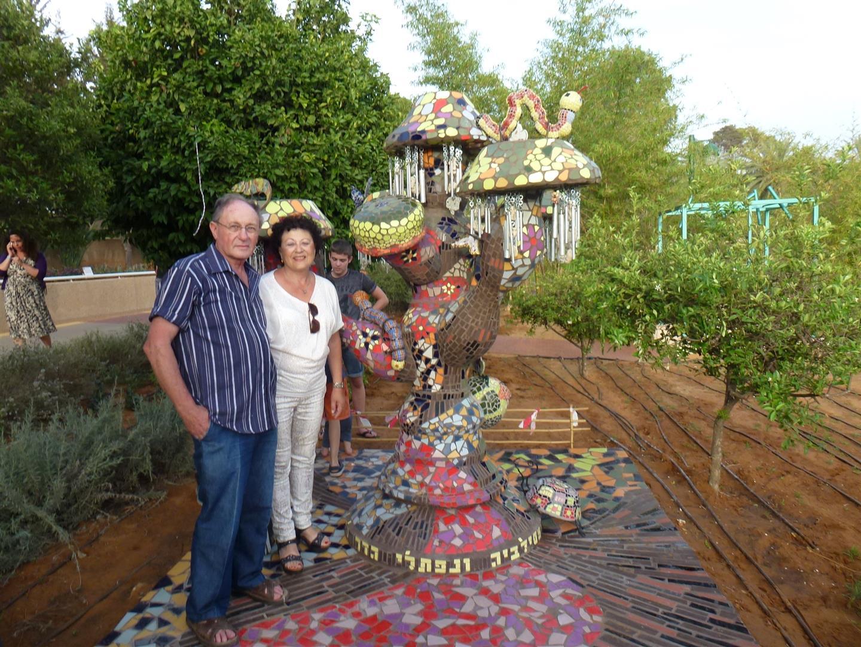 סילביה ונפתלי הדר ליד היצירה שפיסלו ותרמו אותה למען ילדי רעננה