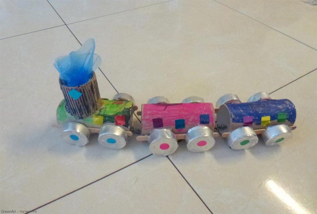 יצירת רכבת עם הילדים מחומרים ממוחזרים