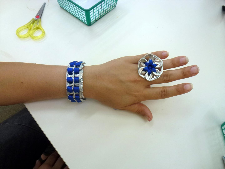 תכשיטים אקולוגים של תלמידתי צמיד וטבעת מסרט בד ישן ולשוניות של פחיות שתיה