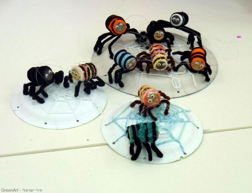 הדרכה לעיצוב עכבישים מפקקי שעם וחוטי צמר בשימוש חוזר