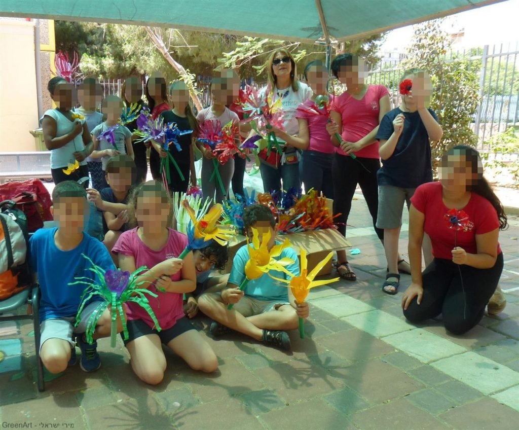 ילדי אמיר פתח תקוה עם פרחי בקבוקי הפלסטיק שיעצבו את חצר בית הספר