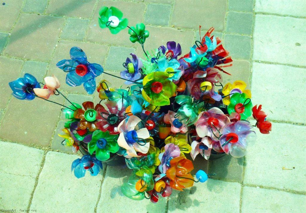 פרחים צבעוניים אותם יצרו תלמידי אמיר מבקבוקי פלסטיק בשימוש חוזר