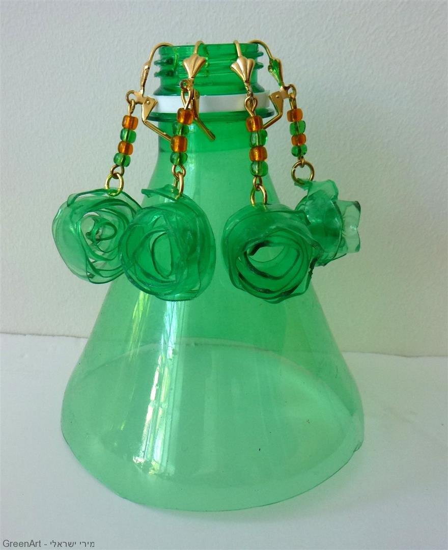 תכשיטים מקוריים שעיצבתי מבקבוקי פלסטיק צבעוניים.