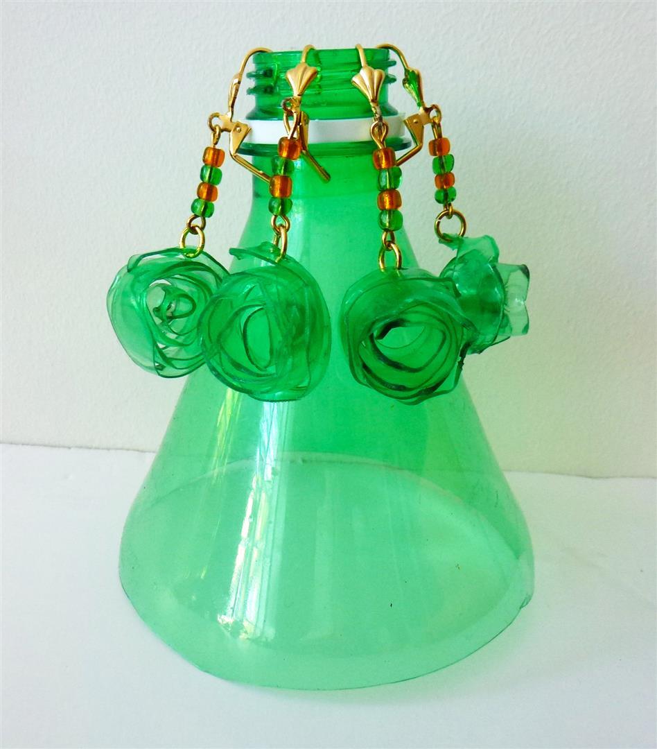 היינו פעם בקבוק פלסטיק ירוק והפכנו לעגילים זוהרים ומקוריים. כמה פשוט כמה יפה.Ecological jewelry