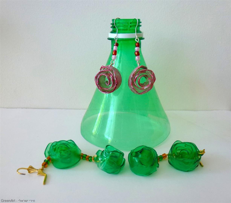 תכשיטים מקוריים מבקבוקי פלסטיק צבעוניים.