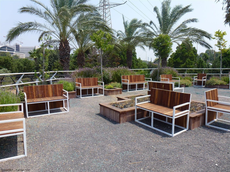 אחת מפינות ישיבה ומרגוע על גג המועצה לישראל יפה