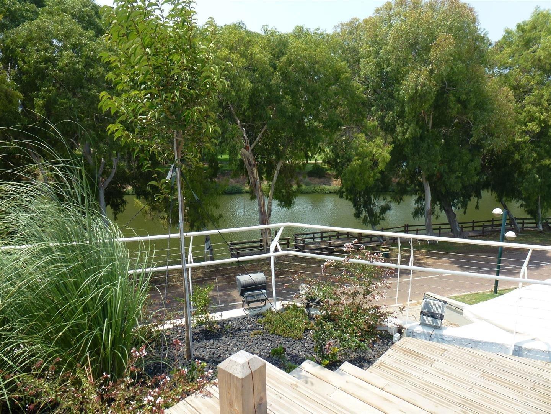נוף ירוק הנישקף מגג מרכז המבקרים