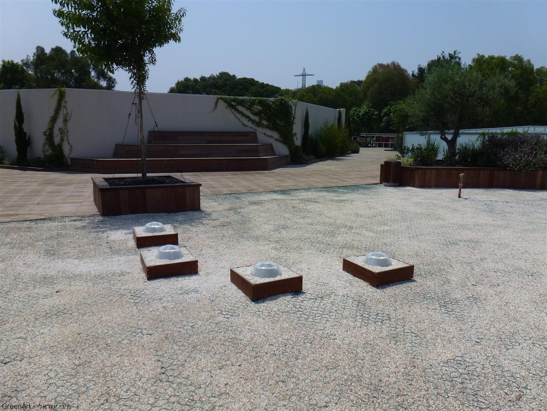 פתחי אור מגג הבנין לתוך משרדי המועצה לישראל יפה