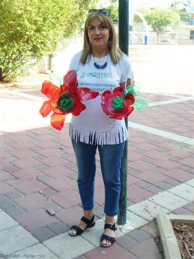 פיסול ועיצוב מבקבוקי פלסטיק צבעוניים לפרחים שקופים וזוהרים