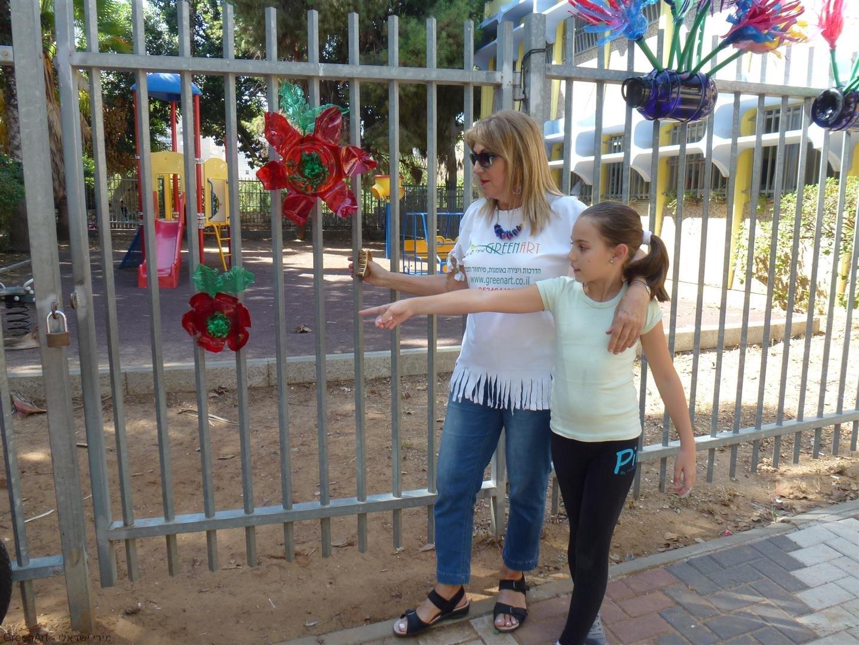 פיסול סביבתי עם ילדי אמיר פתח תקוה לטיפוח גדרות חצר בית הספר
