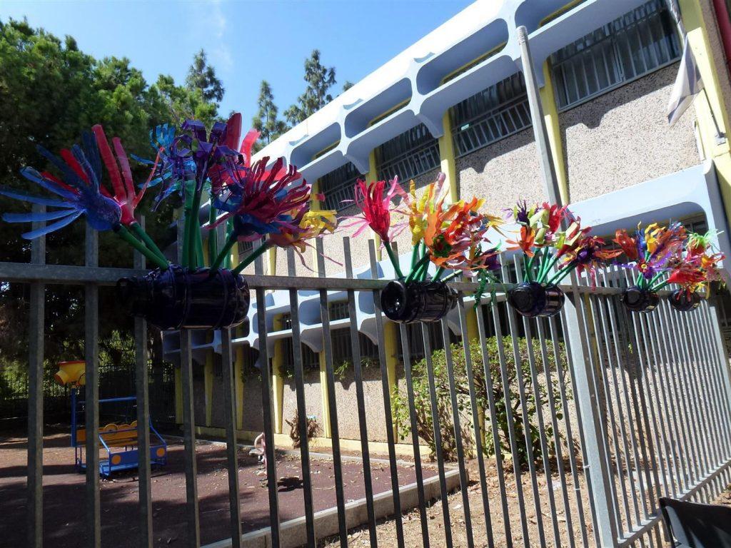גדר שמאלית לאחר עיצוב אדניות מבקבוקי פלסטיק עם ילדי אמיר פתח תקוה