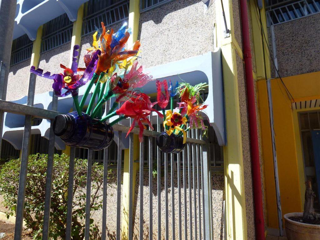 גדר הגן לאחר העיצוב  עם ילדי אמיר באדניות פרחוניות מבקבוקי פלסטיק