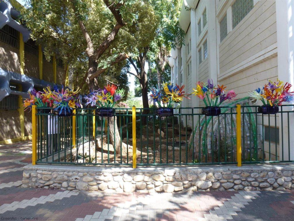 גדר הגינה האקולוגית לאחר ביצוע הפיסול מבקבוקי פלסטיק שבוצע עם ילדי פתח תקוה לטיפוח חצר בית הספר