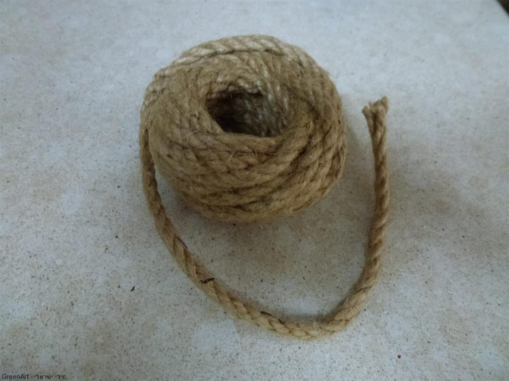 סלילי חבל ישן ששימש לשזירת שערות לראש המסכה