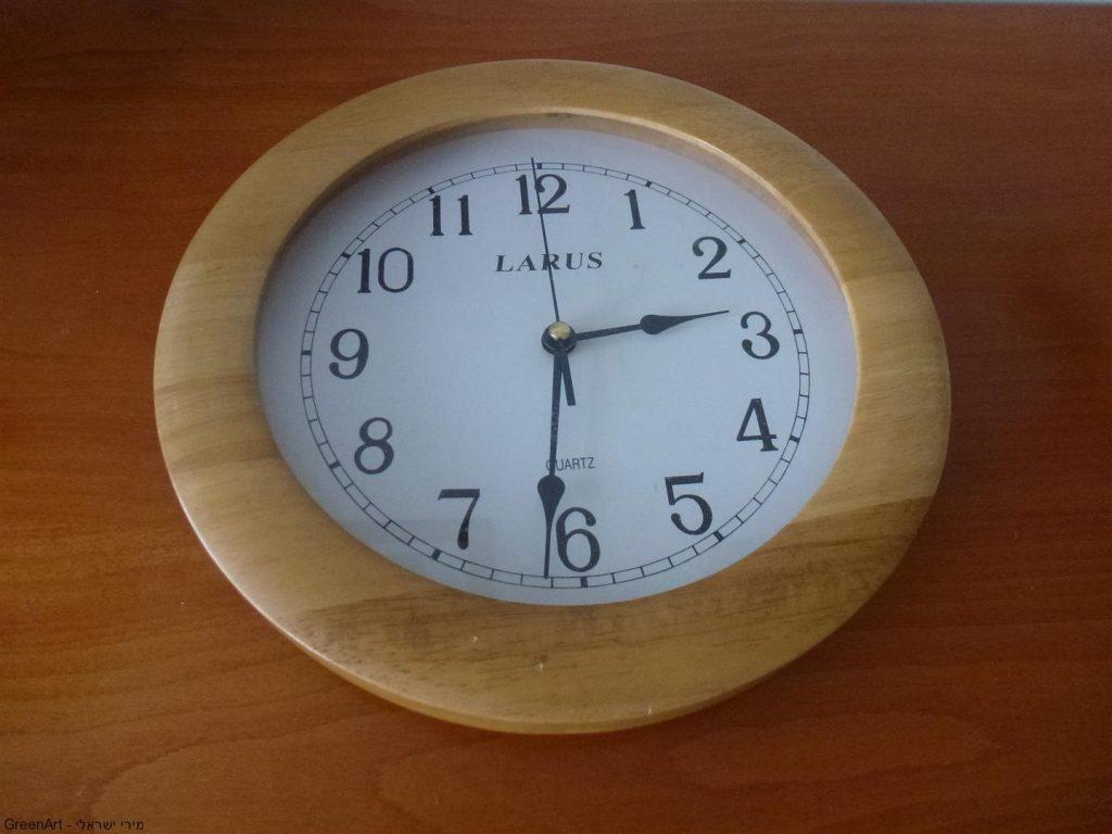 שעון ישן שיצא מכלל שימוש המשמש כבסיס לראש המסכה