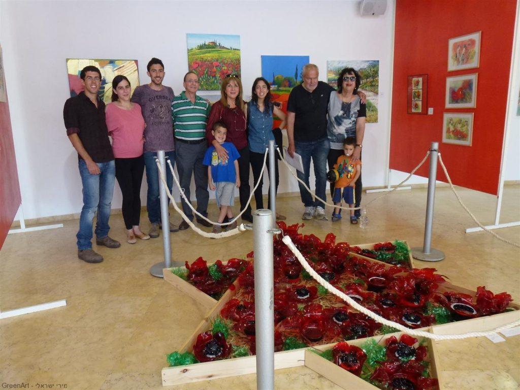 משפחתי בביקור בתערוכה ליד המיצב מגן דוד דומם-צומח