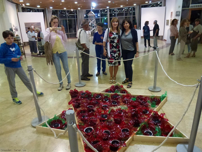לינדה חברתי בביקור באירוע הפתיחה של התערוכה