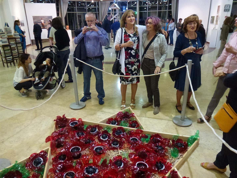קוקי חברתי באירוע הפתיחה של התערוכה