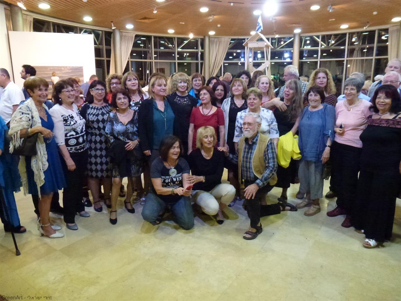 תמונה קבוצתית של אמני מוזה המציגים בתערוכה