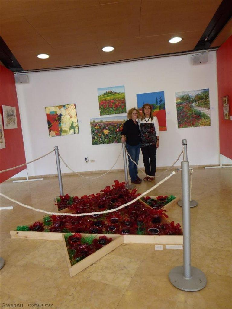 עם האורחת שלי האמנית שלומית טמיר בביקורה בתערוכה