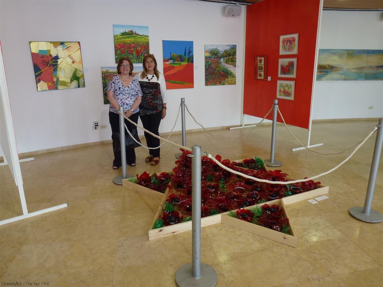 עם חברתי דינה בביקורה בתערוכה