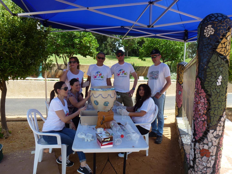 עובדי מחלקת מחקר ופתוח של נייס רעננה בהתנדבות בגן