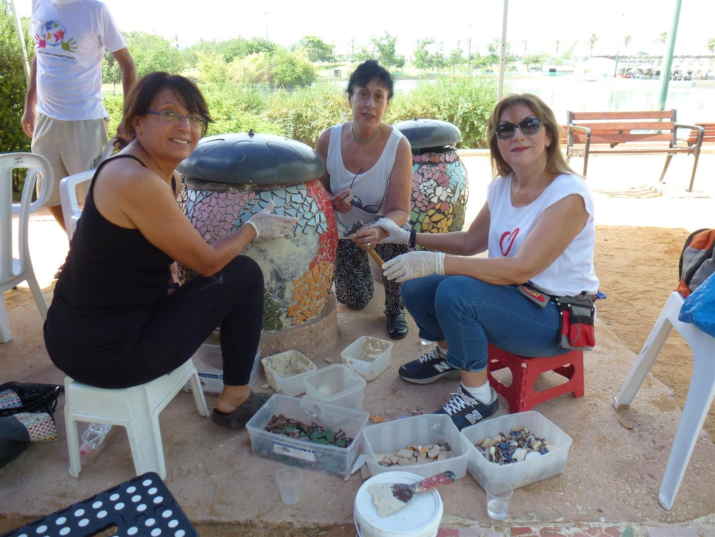עם רותי וחיימי המתנדבות המתמידות בשיקום עבודות הפסיפס שבגן