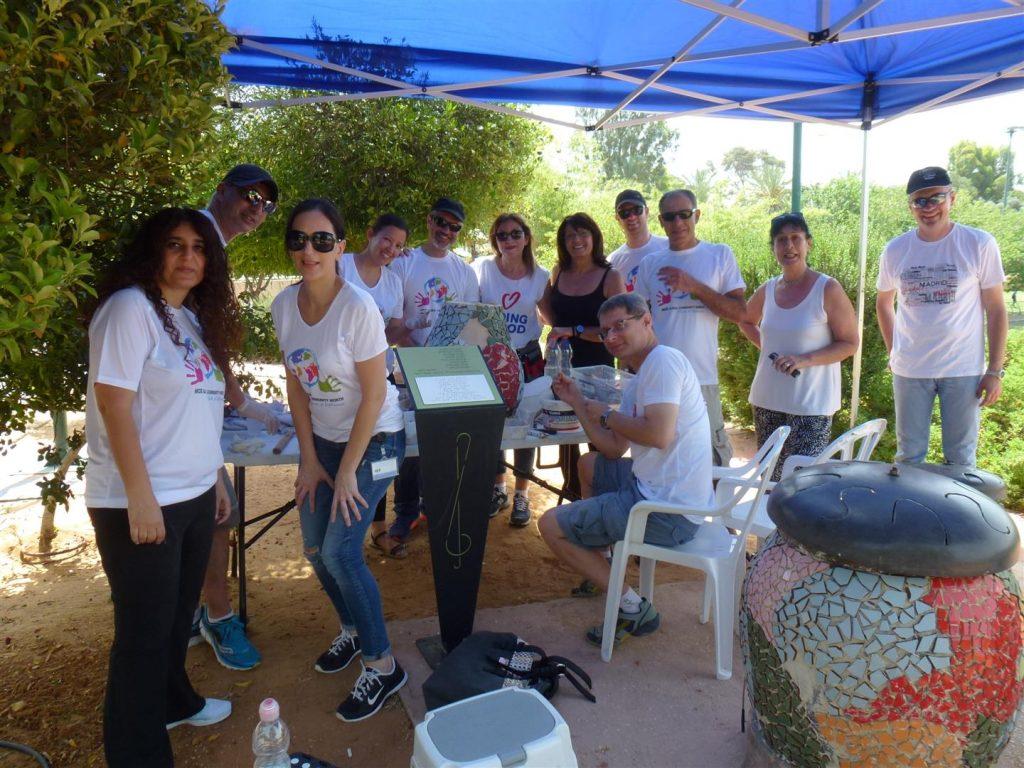 התנדבות לשיקום גן הריחות והצלילים עם עובדי חברת נייס רעננה