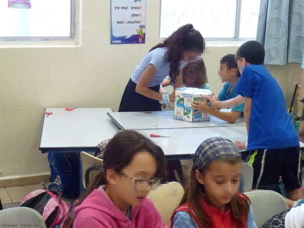 תלמידי אמונים לומדים לעבוד בצוות לבנות ולעצב בחדוות היצירה הירוקה שרפרפים מהודרים