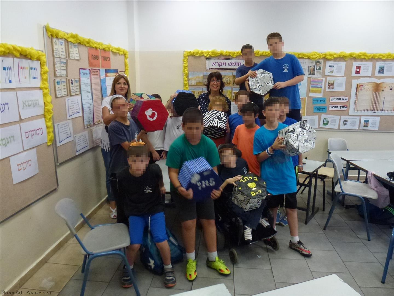 ילדי אמונים גבעתיים נהנים מפרי יצירתם פינת ישיבה לבית הספר