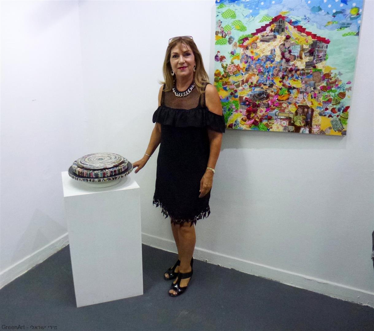 עם היצירה שלי באירוע הפתיחה לתערוכת ניירות עם חברי אמני מוזה רעננה