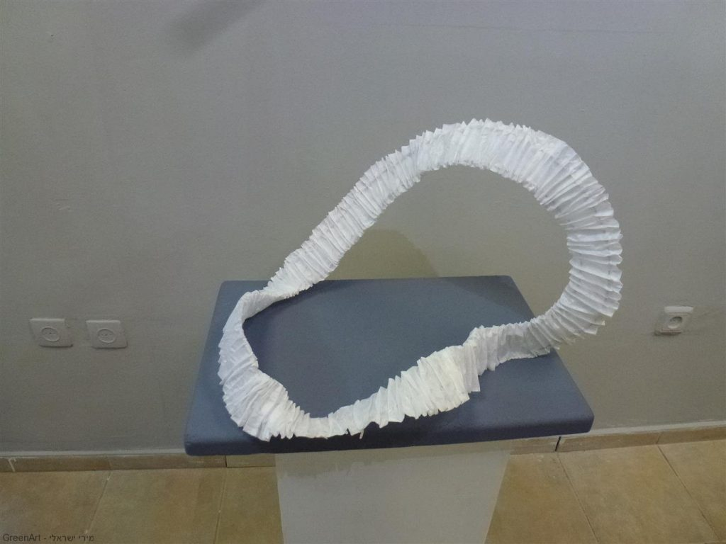 יצירה תלת מימדי של האמנית תמי קושניר מחוט מתכת ונייר אורז