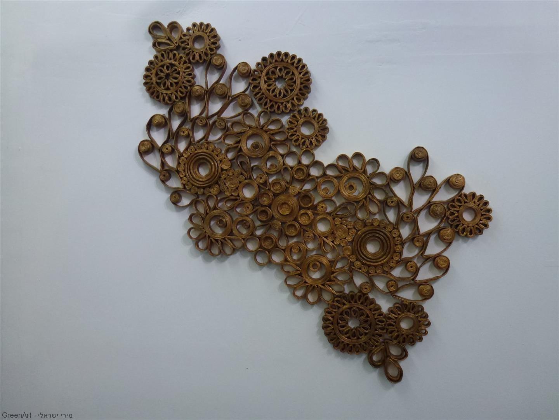 יצירה של נגה מילר מרצועות של עיתונים מגולגלים
