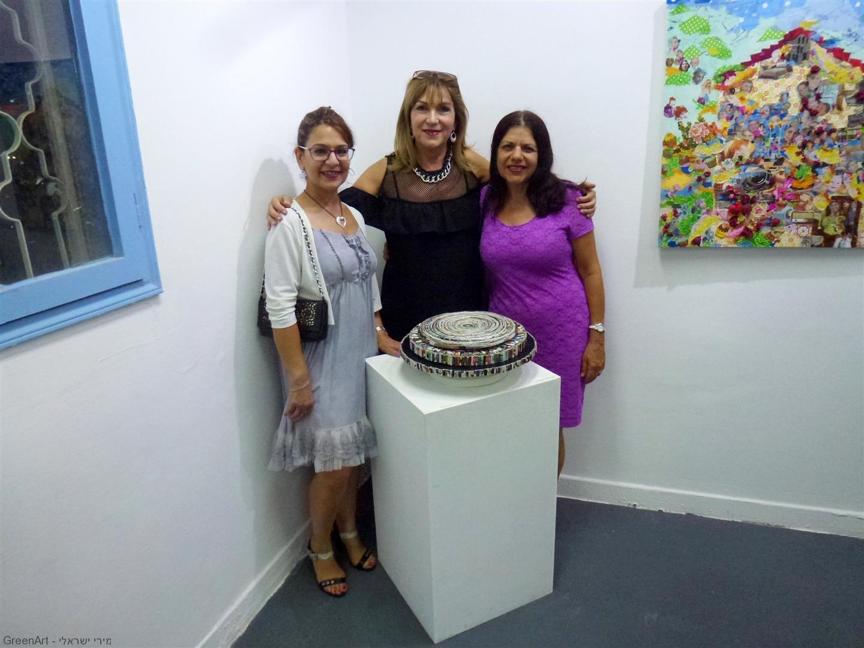 עם סימה פרי סגנית ראש העיר והאמנית ניצה הכט ליד היצירה שלי
